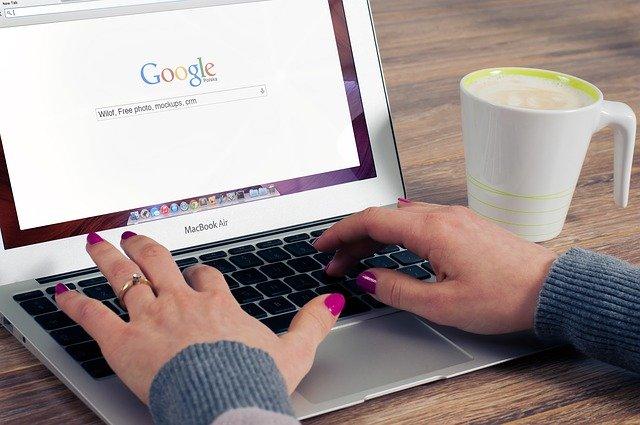 Die Suchmaschine Google auf einem Laptop